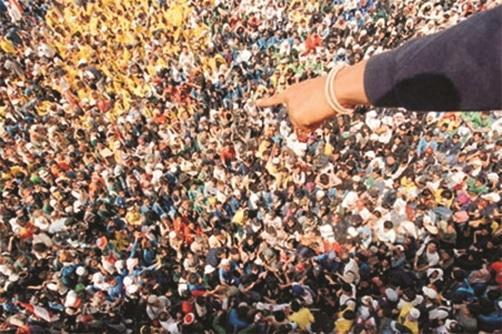 Co se s námi děje v lidském davu